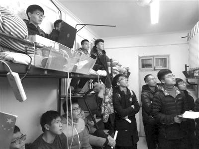 中国好学长来了!杭电学霸自己备课 在寝室给同学补高等数学