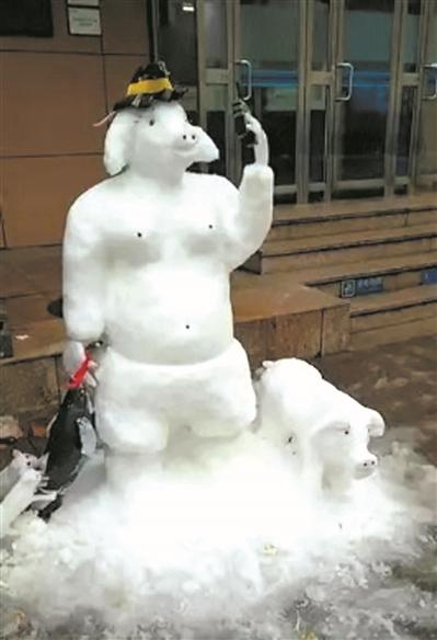 """很多人都在围观保安杜金钱的雪雕作品""""猪八戒""""."""