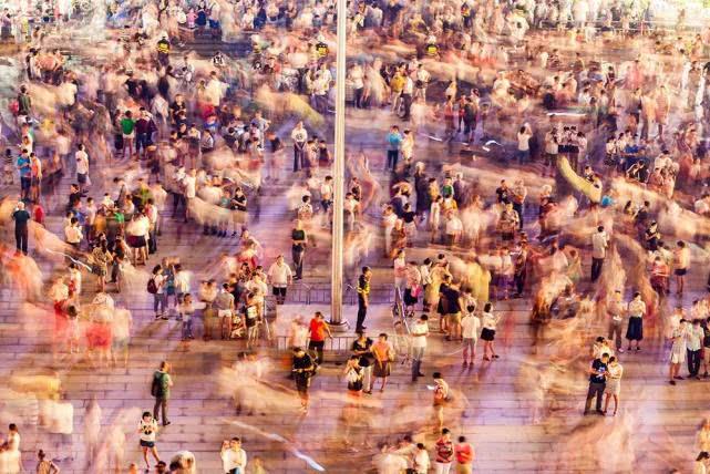 杭州G20峰会前夕,杭州武林广场以一场亚洲最大的裸眼3D投影秀《杭州欢迎你》